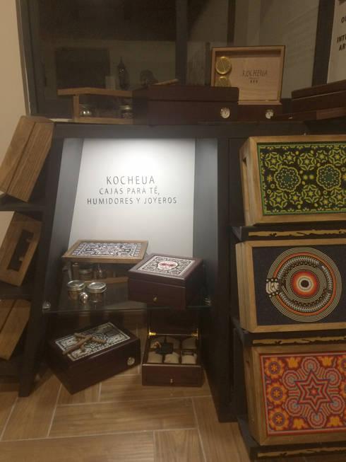 Repisa iluminada: Mueble exhibidor Kocheua. : Oficinas y tiendas de estilo  por Perfil Arquitectónico