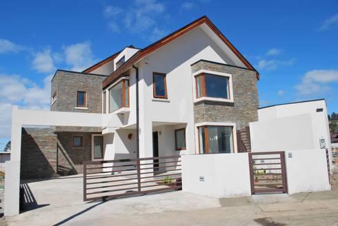Fachada Principal: Casas de estilo moderno por Mozo Garcia Arquitectos Ltda