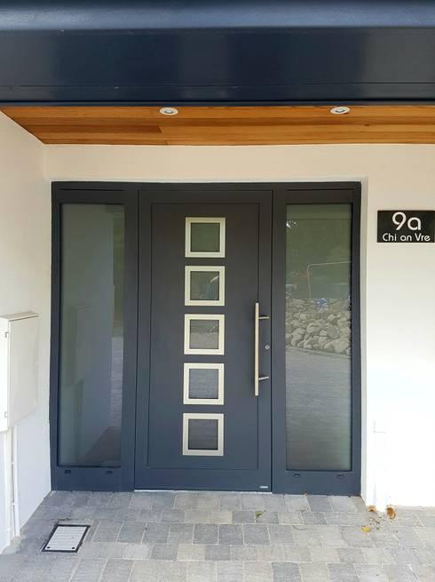 Puertas y ventanas de estilo  por homify