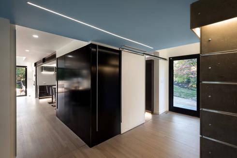 Cache House:  Corridor & hallway by KUBE Architecture