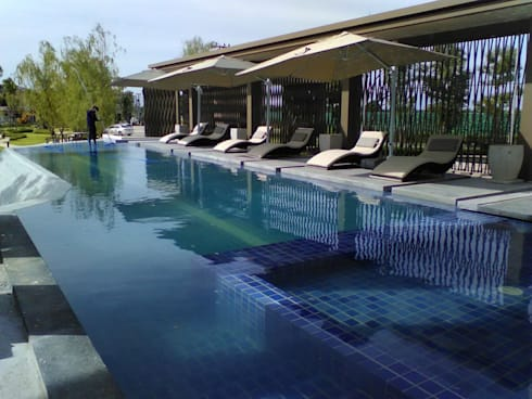 ปูกระเบื้องและติดตั้งระบบสระว่ายน้ำ โครงการหมู่บ้านศิริวิลเลจ อุดรธานี:  โรงแรม by โรจน์สุรินทร์ การช่าง