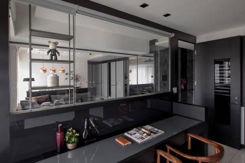 灰與白的律耀:  書房/辦公室 by 大丘國際空間設計 ABMIDS