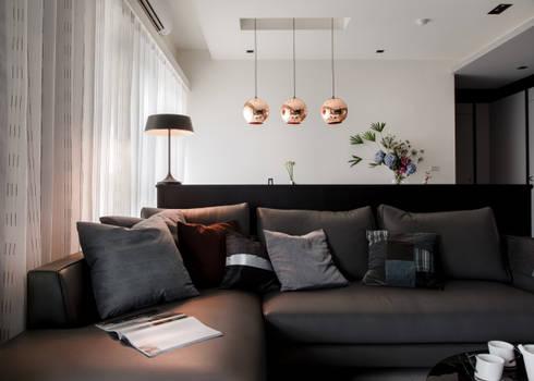 灰與白的律耀:  客廳 by 大丘國際空間設計 ABMIDS