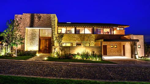 Fachada Principal: Casas de estilo mediterraneo por INTERPRIKA