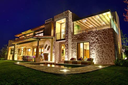 Alberca: Casas de estilo mediterraneo por INTERPRIKA
