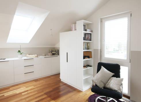 Begehbarer Schrank: moderne Ankleidezimmer von Kathameno Interior Design e.U.