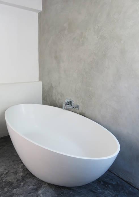 Main Bathroom: modern Bathroom by Trait Decor