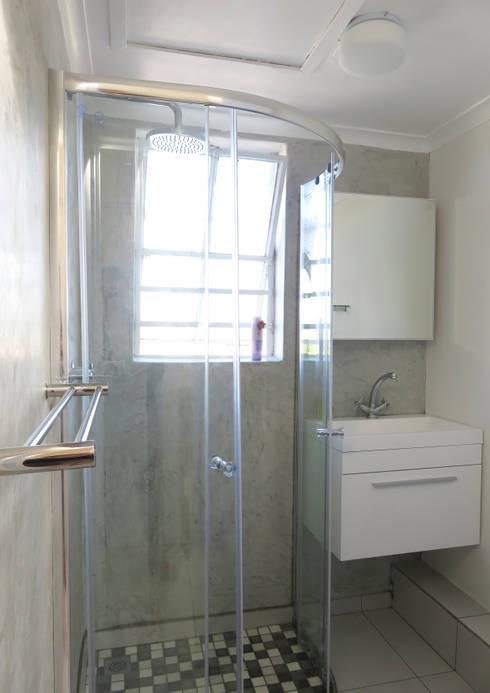 Small Bathroom Renovation:  Bathroom by Trait Decor