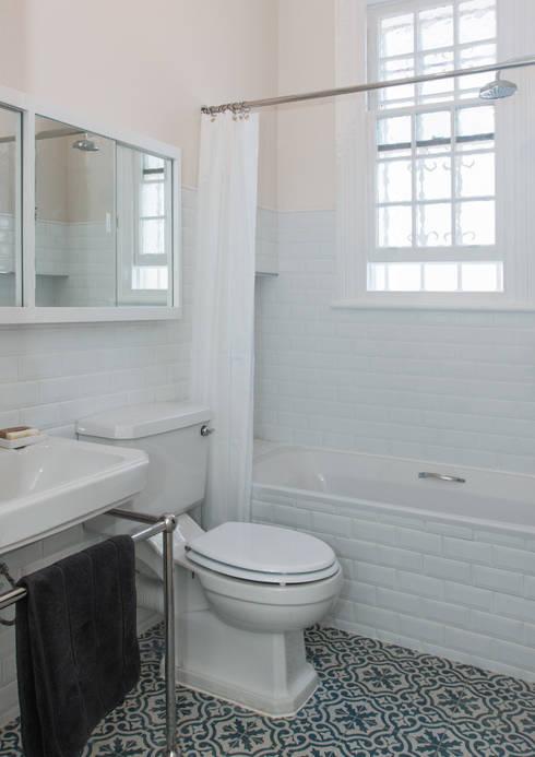 classic Bathroom by Trait Decor