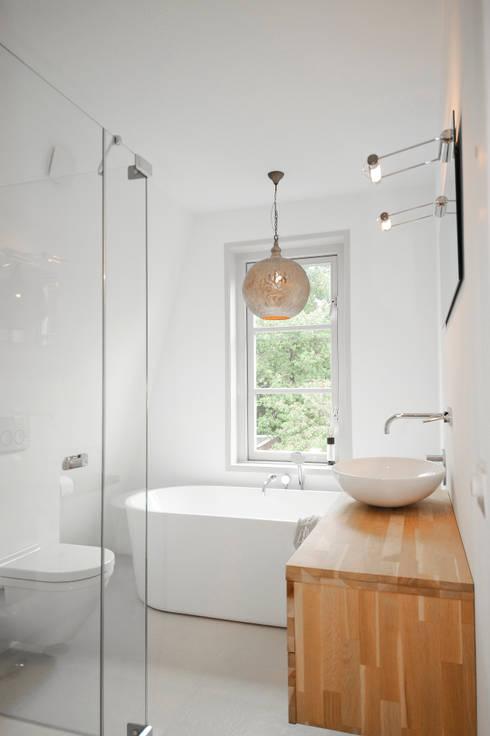 Badkamer onder een schuin dak door JO&CO interieur | homify