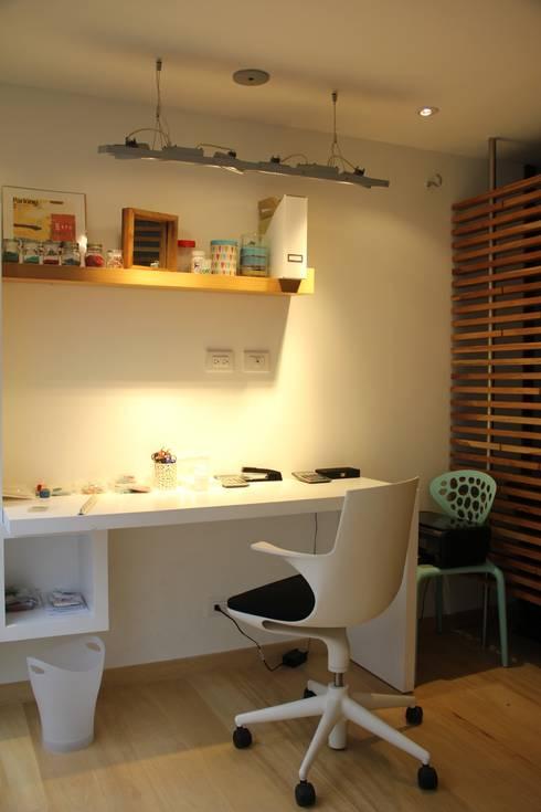 Estudio y espacio de trabajo: Estudios y despachos de estilo moderno por KDF Arquitectura