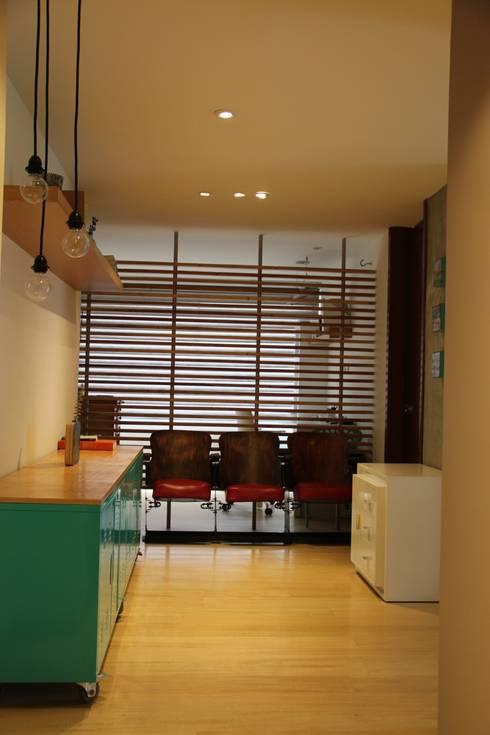 Paso Principal: Pasillos y vestíbulos de estilo  por KDF Arquitectura