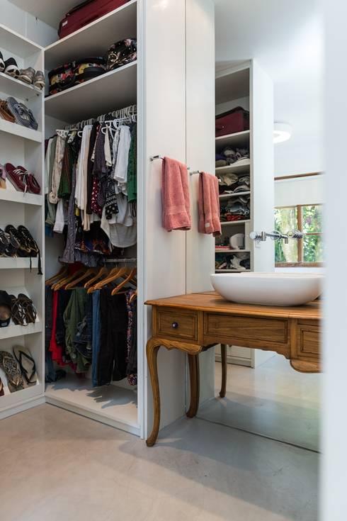 Closets de estilo  por Espaço Tania Chueke