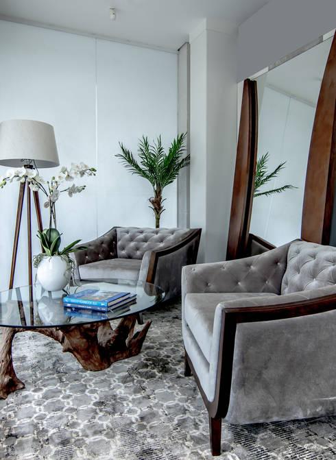 Potronas Botonadas: Sala de estar  por Sgabello Interiores