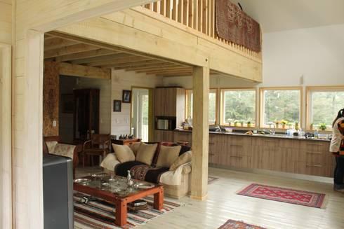 CASA STEHR: Livings de estilo moderno por Kanda arquitectos