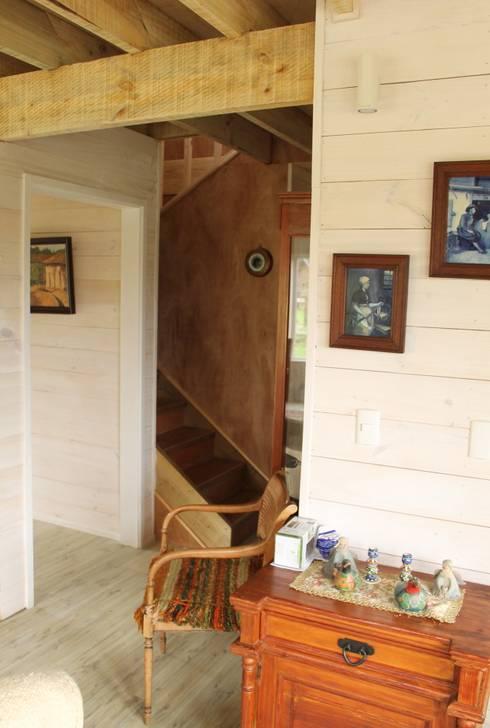 CASA STEHR: Pasillos y hall de entrada de estilo  por Kanda arquitectos
