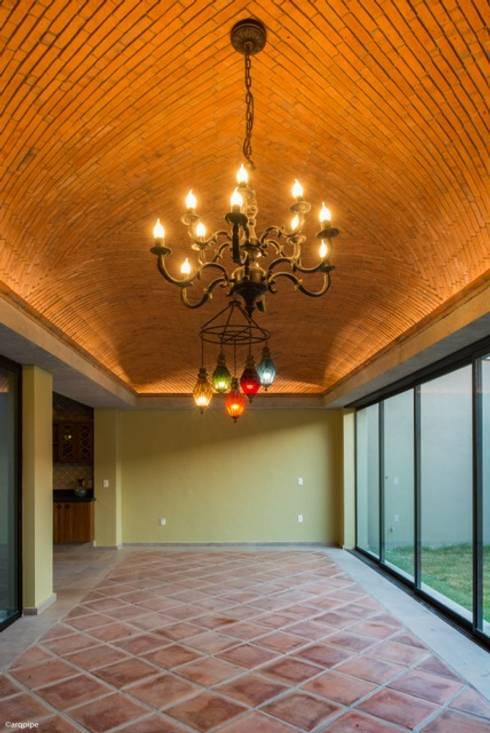 CASA MARMOL: Casas de estilo  por LUIS GRACIA ARQUITECTURA + DISEÑO