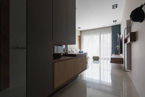   Mr. coriander's home  :  走廊 & 玄關 by 賀澤室內設計 HOZO_interior_design