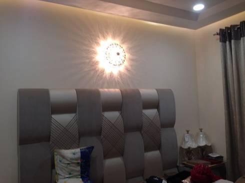 Headboard Light: classic Bedroom by Suकृति