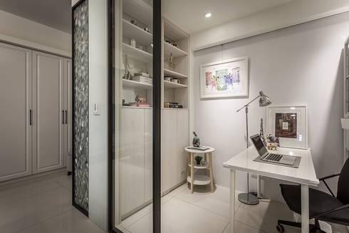 雙面櫃:  書房/辦公室 by 你你空間設計