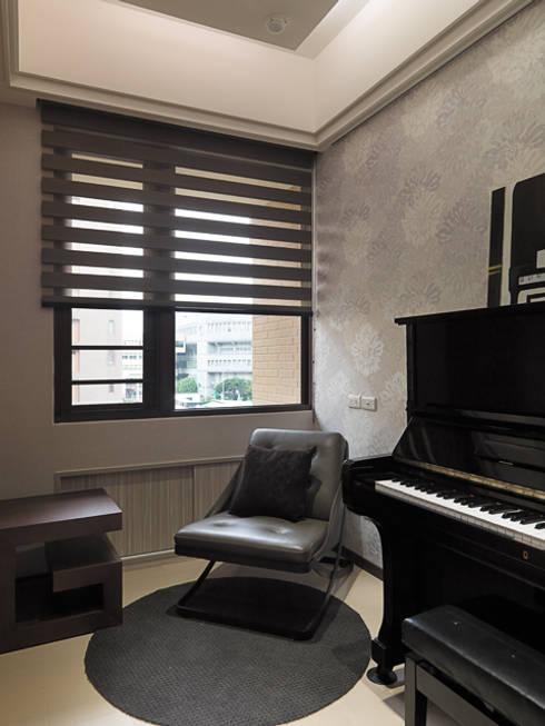 都會居宅生活模式~超五星級飯店式的豪華精緻:  書房/辦公室 by 大集國際室內裝修設計工程有限公司