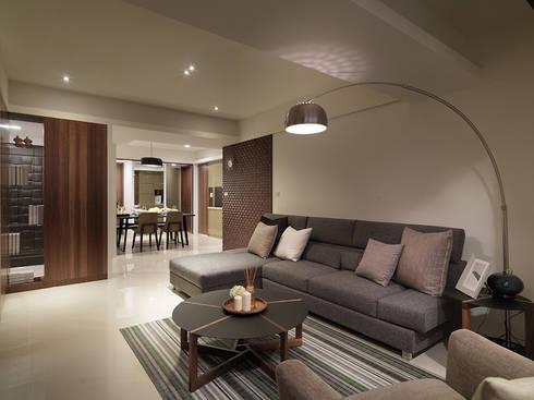 神設計!29坪4房2廳暢快人生:  客廳 by 大集國際室內裝修設計工程有限公司