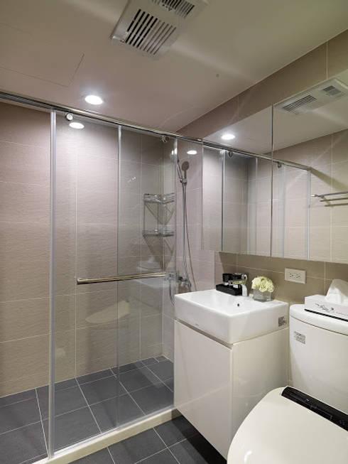 神設計!29坪4房2廳暢快人生:  浴室 by 大集國際室內裝修設計工程有限公司
