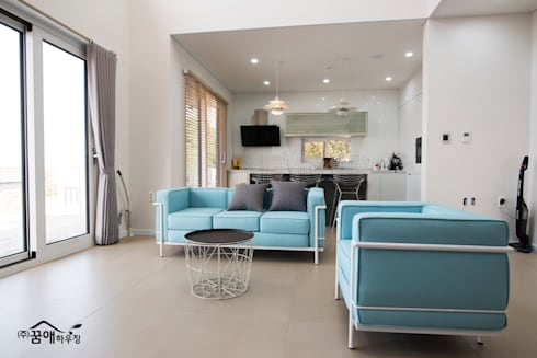도시적이고 세련된 분위기를 강조한 고급목조주택: 꿈애하우징의  거실