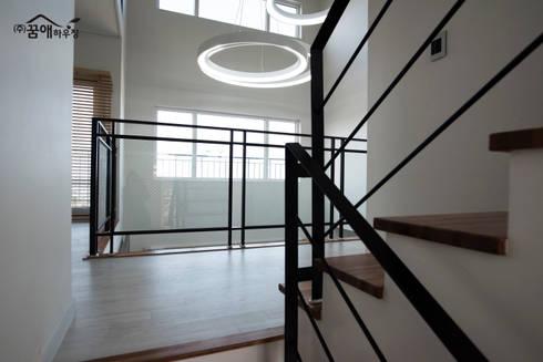 도시적이고 세련된 분위기를 강조한 고급목조주택: 꿈애하우징의  복도 & 현관