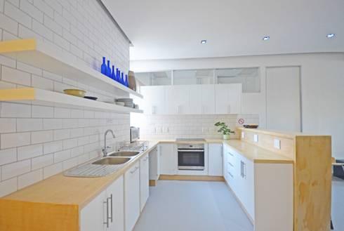 open plan kitchen dining: modern Kitchen by Till Manecke:Architect