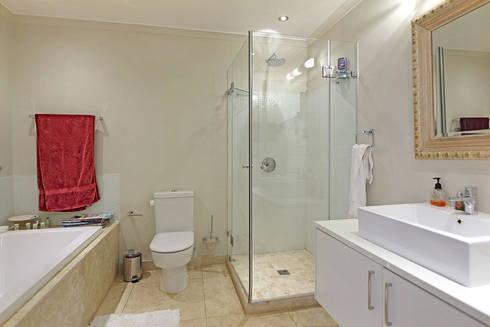 en suite bathroom: eclectic Bathroom by Till Manecke:Architect