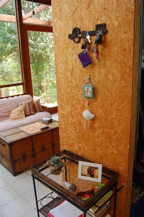 CASA VIVA: Pasillos y recibidores de estilo  por Guadalupe Larrain arquitecta