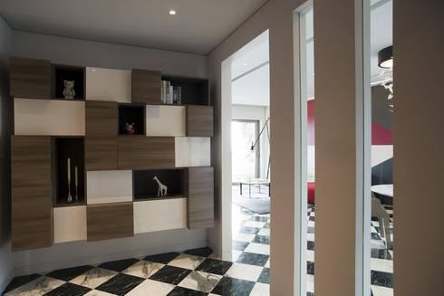 Apartment in Shenzhen, China:  Corridor & hallway by Sergio Mannino Studio