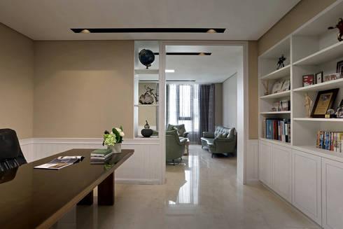 Taiwan  Taichung – J House:  書房/辦公室 by 信美室內裝修