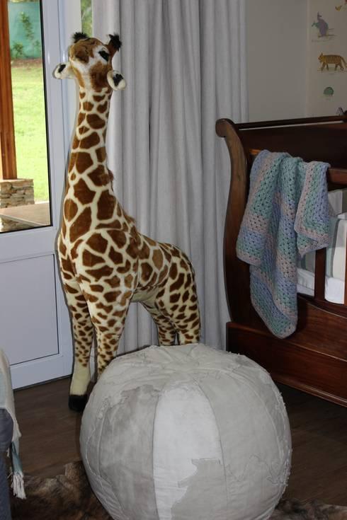 Brown Nursery: classic Nursery/kid's room by Taryn Flanagan Interiors