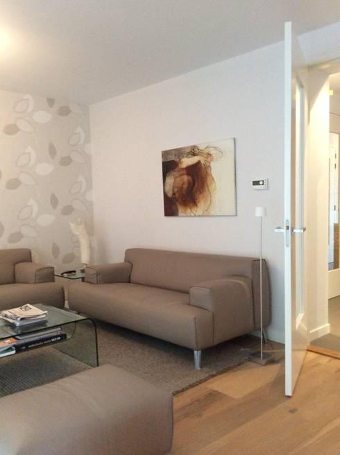 Woonkamer met nieuw meubilair en kleed en bestaand behang.:  Woonkamer door Studio Inside Out