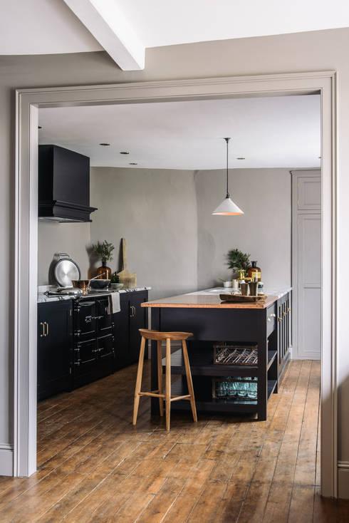 Cocina de estilo  por deVOL Kitchens