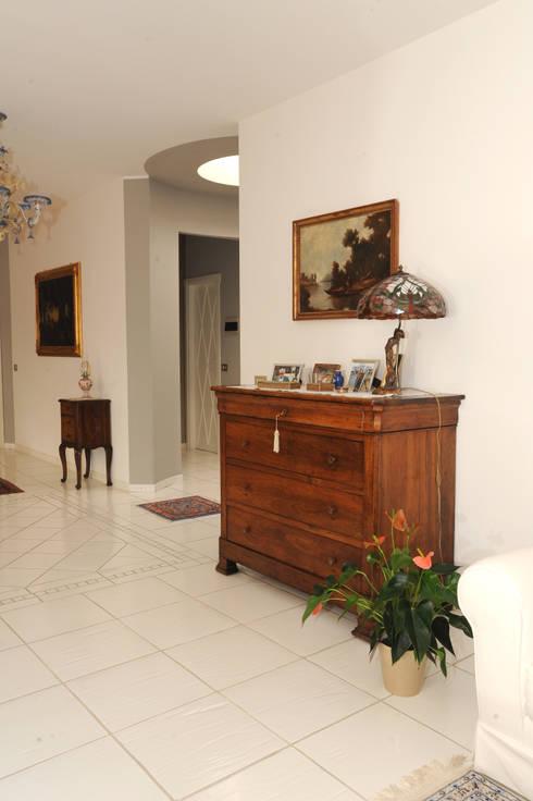 Ingresso salone: Ingresso & Corridoio in stile  di L'Antica s.a.s.