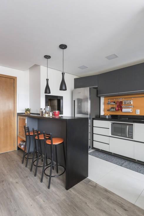 Apartamento GPF: Cozinha  por 151 office Arquitetura LTDA