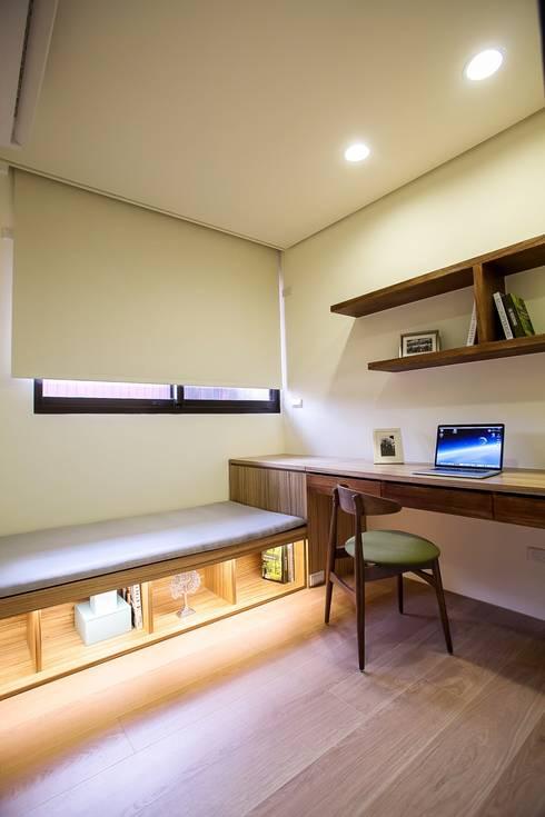 侑信仁和2C 實品屋:  書房/辦公室 by 栩 室內設計
