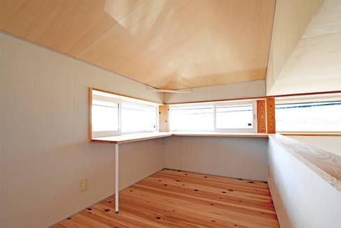 木の香り漂う書斎兼勉強スペース: 合同会社negla設計室が手掛けた書斎です。
