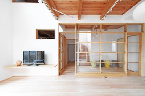ガラスの建具で仕切られたリビング空間: 合同会社negla設計室が手掛けたリビングです。