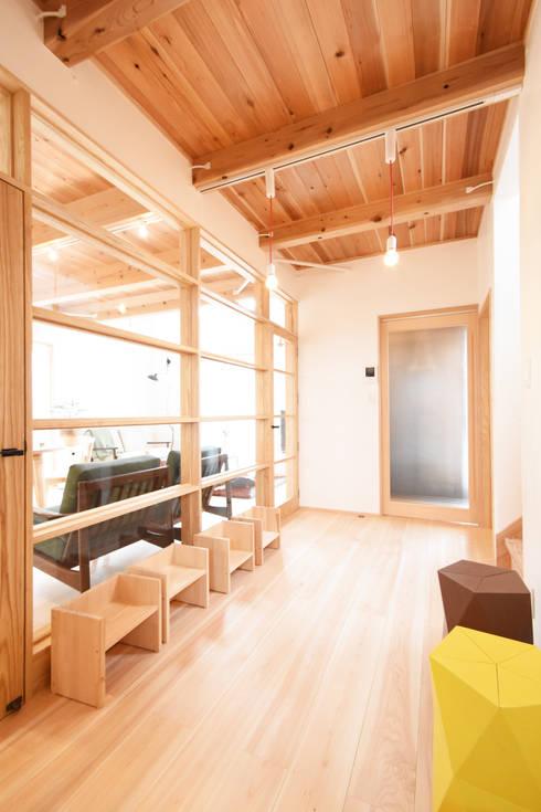 採光を考慮した廊下スペース: 合同会社negla設計室が手掛けた廊下 & 玄関です。