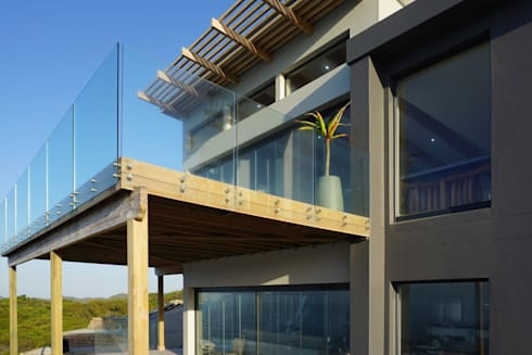 Brenton House deck detail: modern Houses by Sergio Nunes Architects