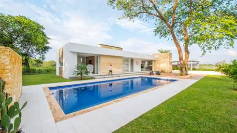 Casa de la Acacia – Sombra Natural: Piscinas de estilo moderno por David Macias Arquitectura & Urbanismo