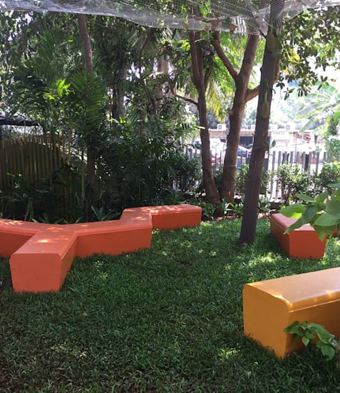 Lawn and other sitting area:  Commercial Spaces by Land Design landscape architects