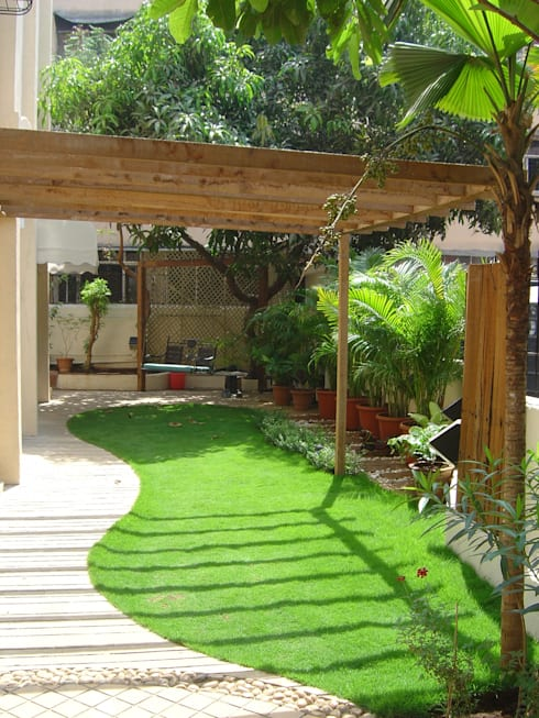 Lawn area with pergola: tropical Garden by Land Design landscape architects