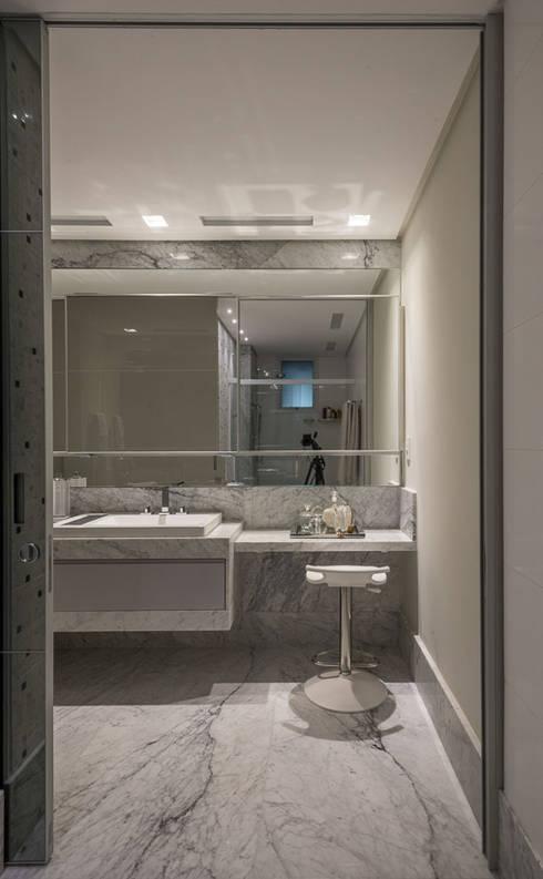 Apartamento tipo 153m² - Toucador Casal: Banheiros  por Dekor Design