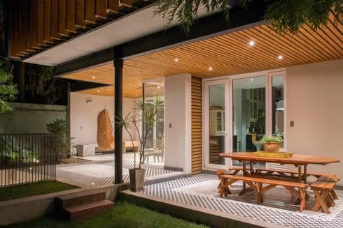 vista quincho y terraza cubierta: Terrazas  de estilo  por Thomas Löwenstein arquitecto