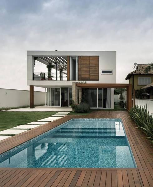 Casa familiar moderna:  de estilo  por Conspal Eficasa
